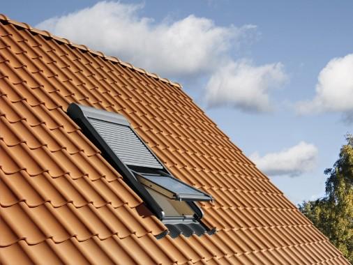 Finestre in legno e lucernari omniaserramenti a pisa for Lucernari per tetti in legno
