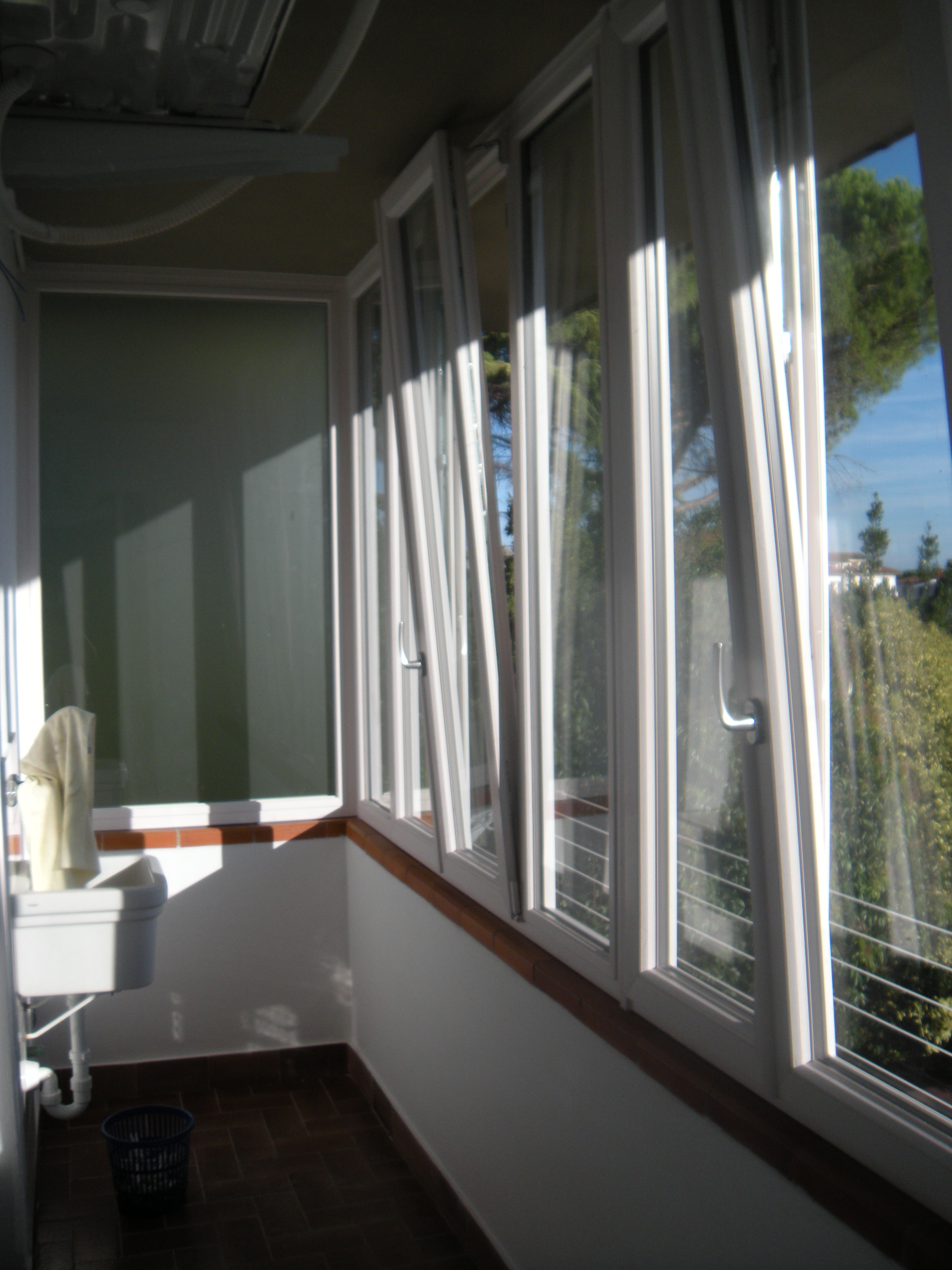 Chiusura balcone con infissi in pvc a pontedera omnia for Inferriate per finestre fai da te