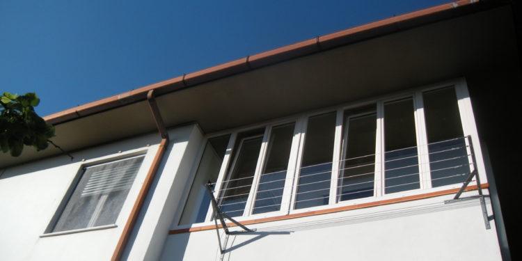 Chiusura balcone con infissi in pvc