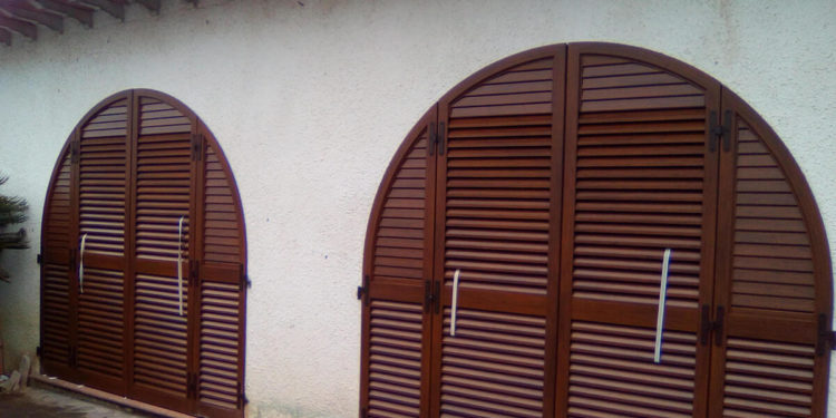 Infissi ad arco in pvc Finstral e persiane in alluminio