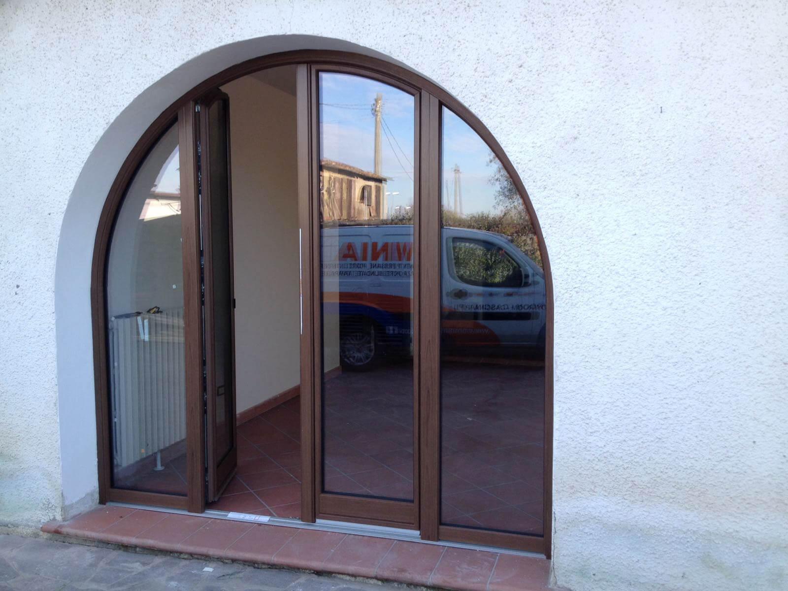 Infissi ad arco in pvc finstral e persiane in alluminio omnia serramenti - Finestre ad arco ...
