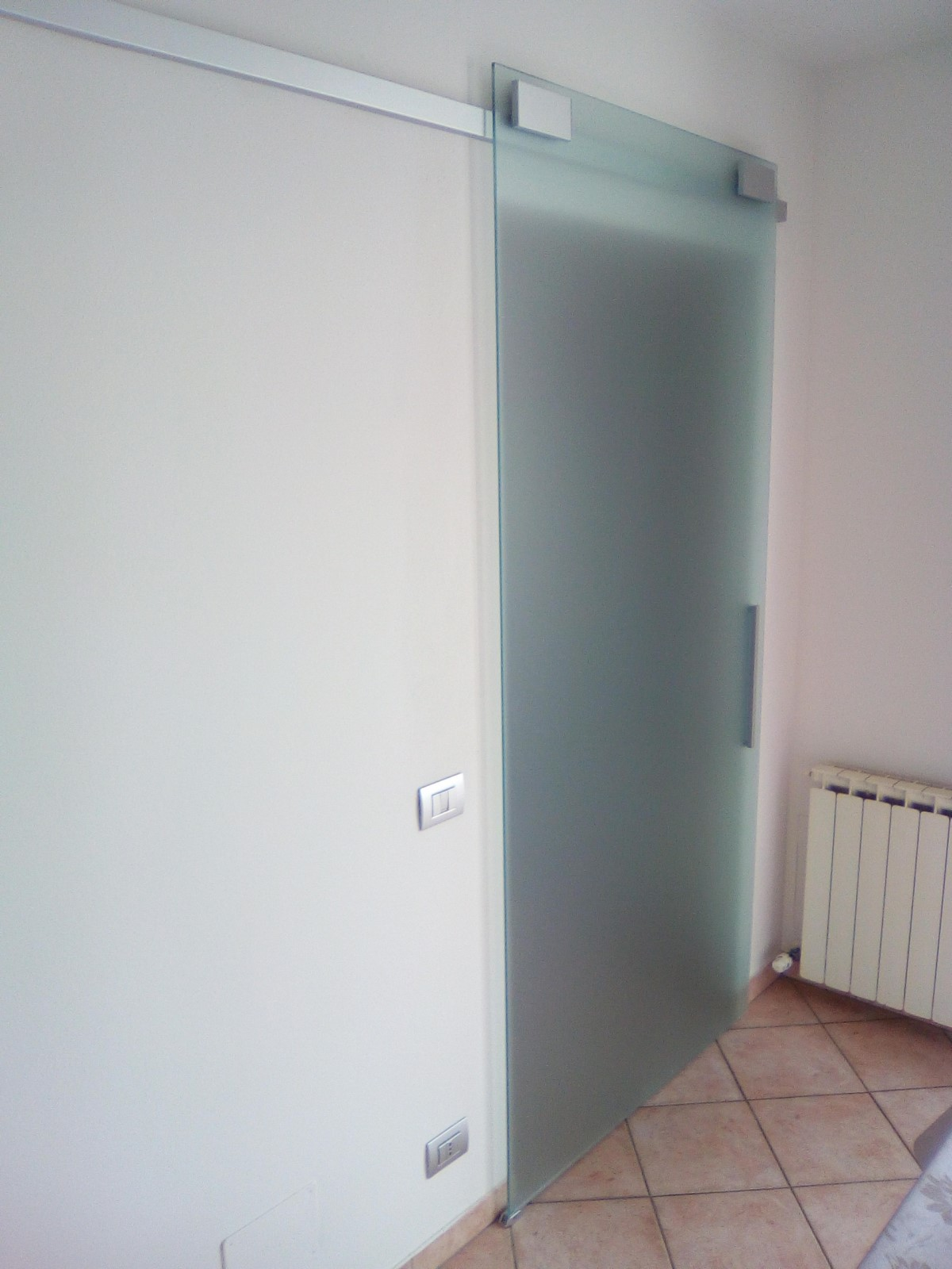 Porta in vetro scorrevole esterno muro a Pisa - OMNIA Serramenti