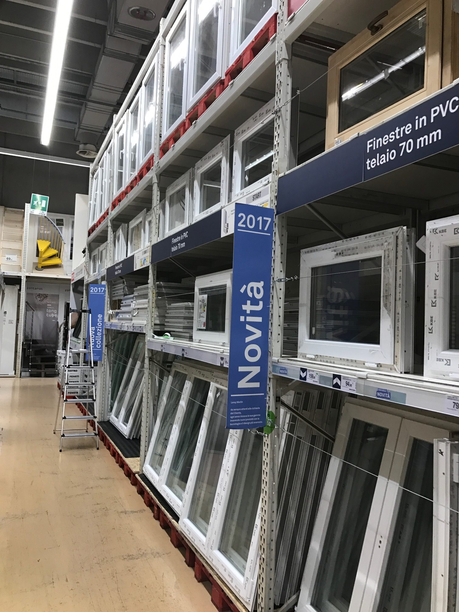 Lavorano Spesso Alle Finestre come scegliere rivenditore per acquistare serramenti ed