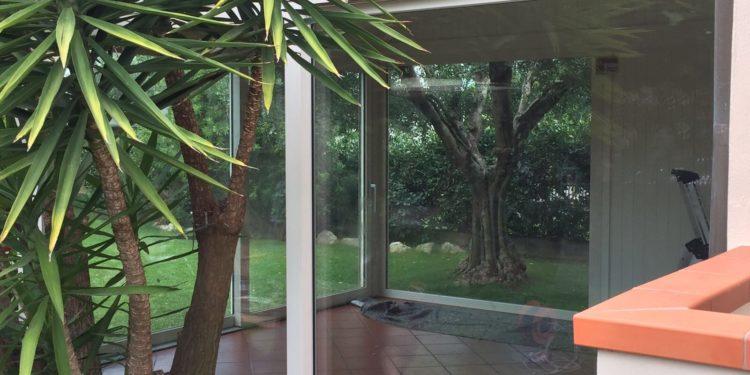 Chiusura di veranda esistente con finestre in pvc Finstral a Pisa